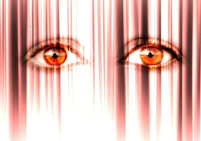 El miedo puede reflejarse en la mirada, la actitud e incluso físicamente.